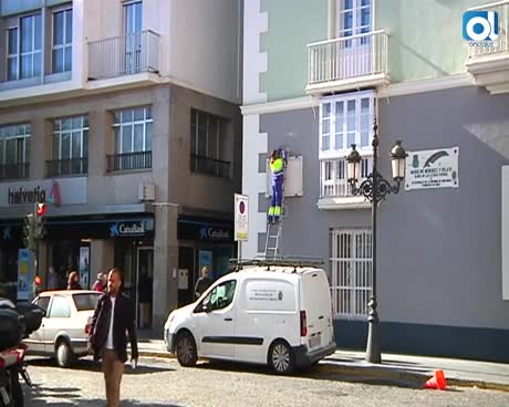 Un operario ya ha cambiado el nombre de la Avenida Ramón de Carranza