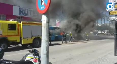 Un autobús urbano sale ardiendo en plena ruta en Cuatro Caminos