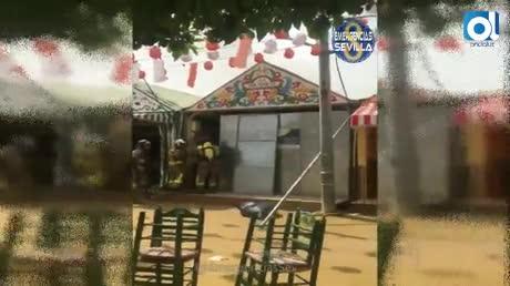 Bomberos extinguen un incendio en dos casetas de la Feria de Sevilla