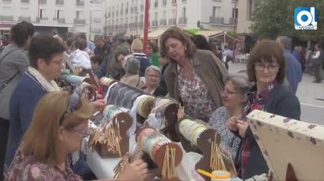 50 mujeres participan en la exhibición de encajeras de bolillos