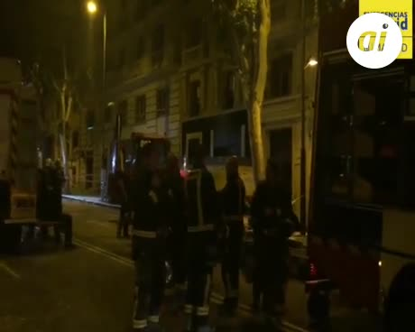 Bomberos desescombran a mano para llegar a obreros sepultados